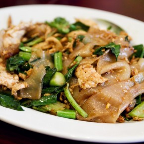 Easy Thai Recipe - Pad See Ew Gai - Broad Noodles Stir-fried with Chicken and Egg